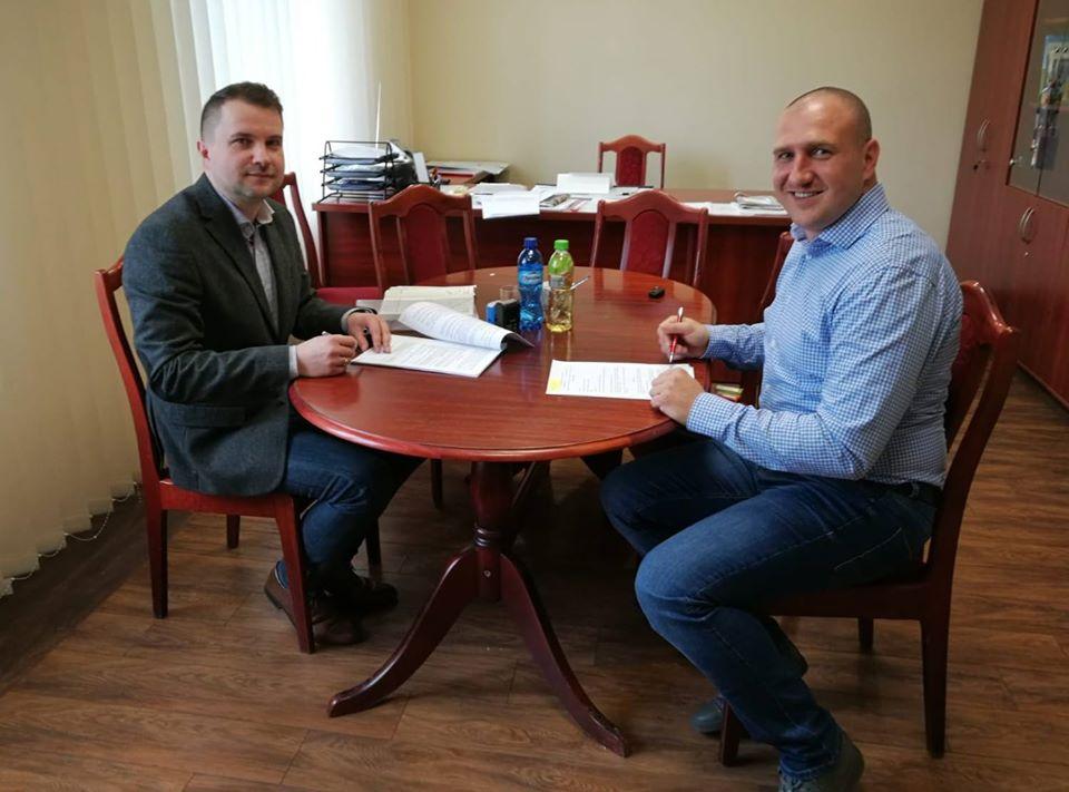 63. Podpisanie umowy z Tomaszem Bardjane - Młode Orły Luboszyce.jpeg