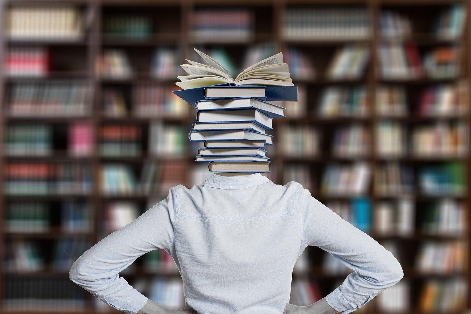 Prymus Opolszczyzny - zdjęcie przedstawia osobę z książkami na głowie.jpeg