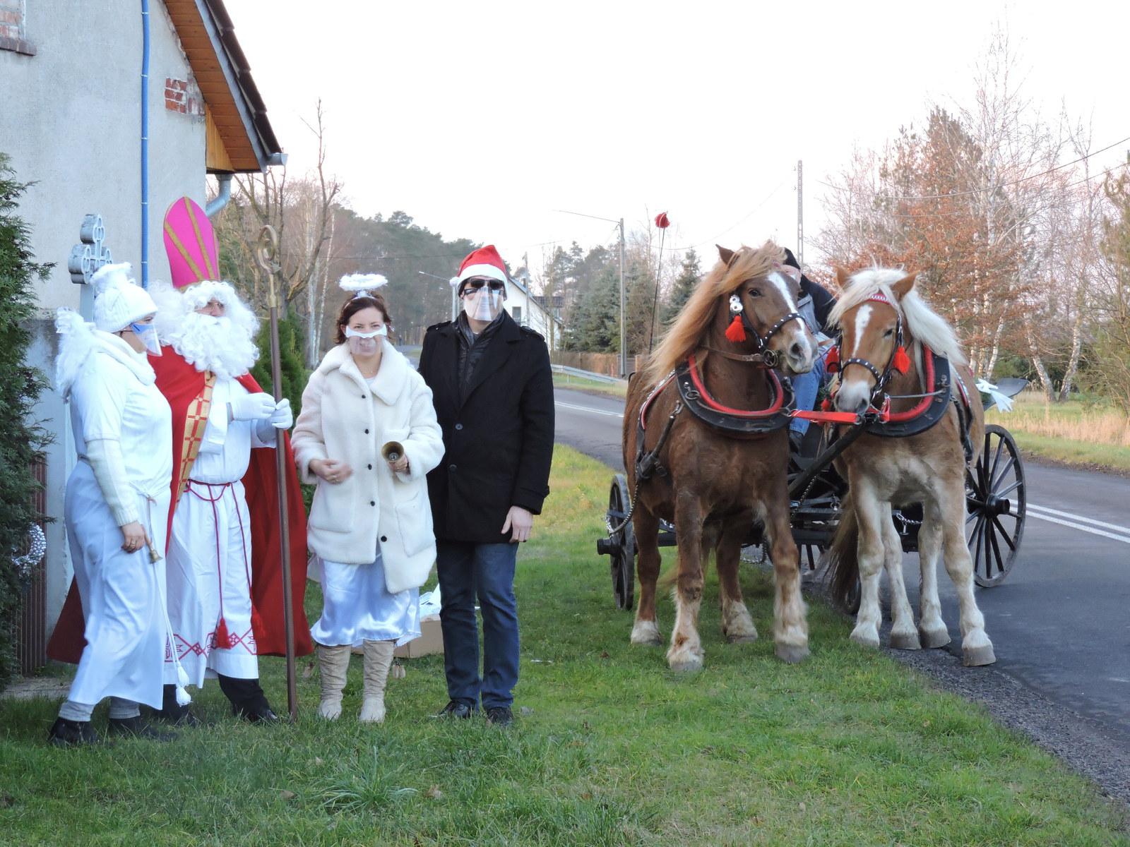 Orszak św. Mikołaja w Brynicy - aniołki, św. Mikołaj, sołtys oraz bryczka