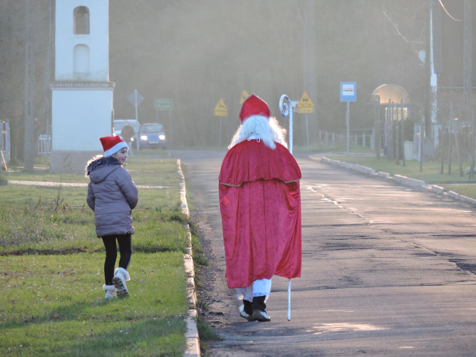 Św. Mikołaj ze swoim pomocnikiem przemierza Masów