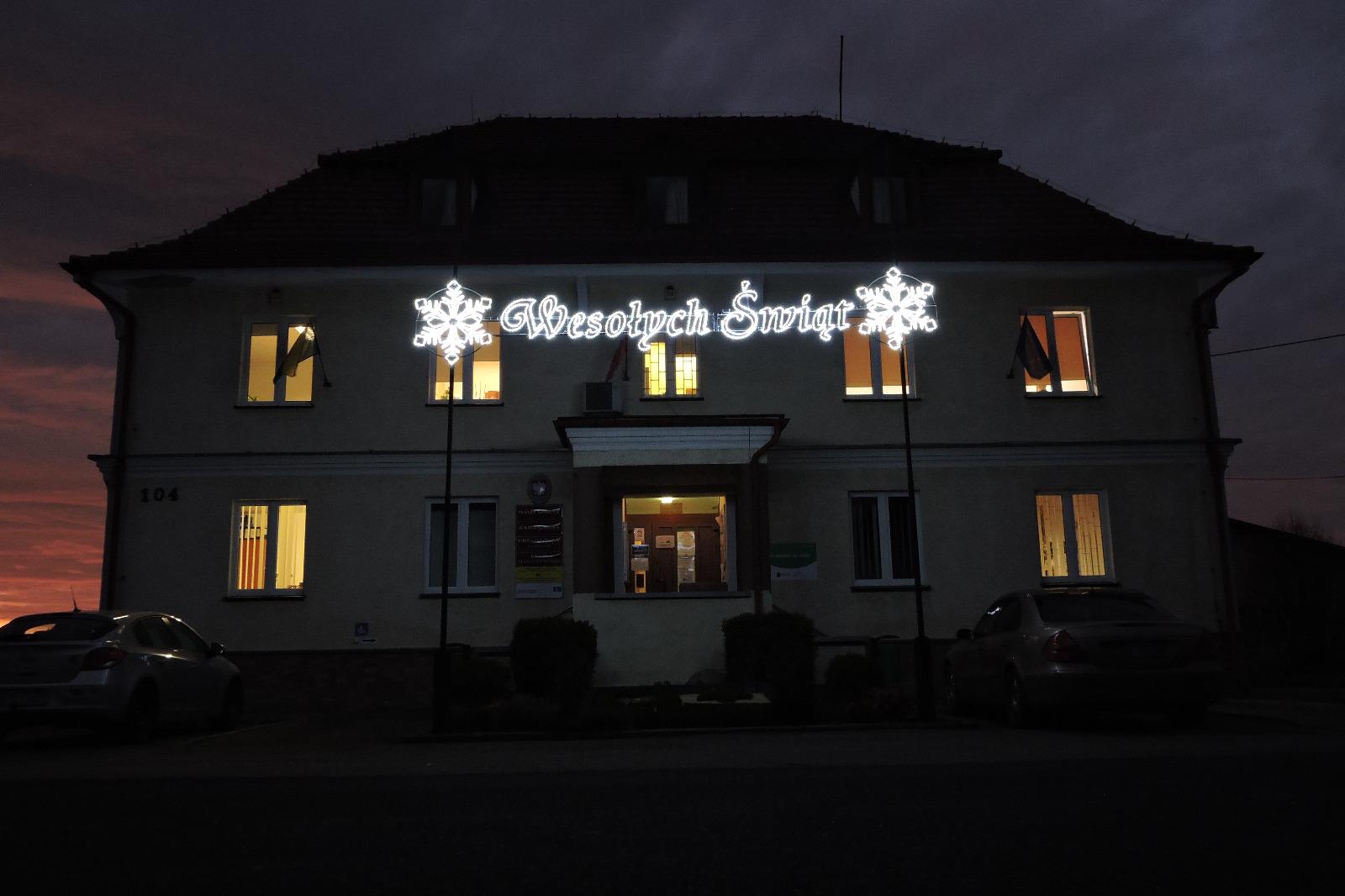 """Urząd Gminy oświetlony iluminacją """"Wesołych Świąt"""""""