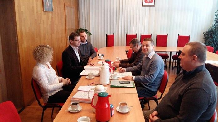 Podpisanie umowy przez przedstawicieli Urzędu Gminy Łubniany oraz firmy GREMBUD