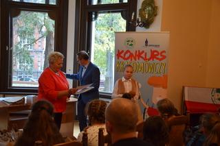 Dyplom Wyróżnienia Specjalnego odbiera uczennica kl. VI Amelia Sossna