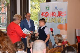 Dyplom Wyróżnienia odbiera uczeń kl. VII Iwo Garbowski