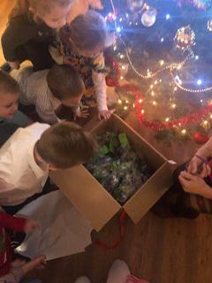 Przedszkolaki z Kępy zaglądają do otwartego prezentu