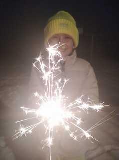 Zimne ognie, w tle dziecko, które je trzyma