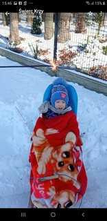 Dziecko na powietrzu trzyma w dłoniach zimne ognie