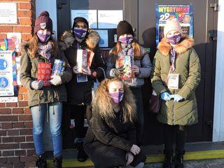 Wolontariuszki WOSP przed wejściem do szkoły podstawowej w Brynicy