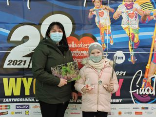 Kobieta z dzieckiem - uczestnicy biegu Rusz się dla serca - z pamiątkowymi medalami