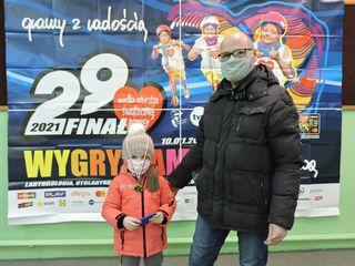 Rodzic z dzieckiem po zakończeniu biegu Rusz się dla serca