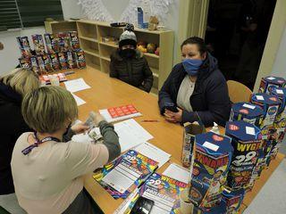 Wolontariusze rozliczają puszki, trwa liczenie zebranych pieniędzy