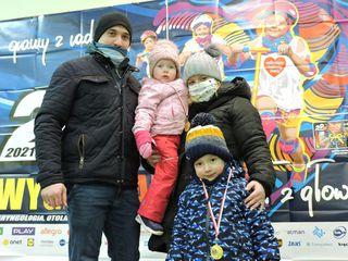 Rodzina - dwoje dorosłych i dwójka dzieci po zakończonym biegu