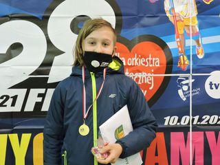 Uczestnik biegu z medalem w siedzibie sztabu
