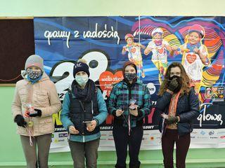 Cztery uczestniczki biegu Rusz się dla serca w trakcie pamiątkowego zdjęcia w siedzibie sztabu