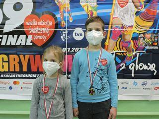 Dzieci - uczestnicy Biegu Rusz się dla serca - prezentują otrzymane medale