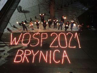 Napis WOŚP 2021 Brynica ułożony ze zniczy w trakcie światełka do nieba - widok z lotu ptaka