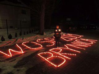 Napis WOŚP Brynica 2021 w trakcie światełka do nieba