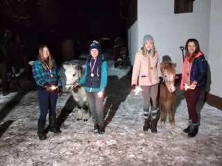 """Cztery dziewczyny i dwa kucyki w trakcie tradycyjnego """"światełka do nieba"""""""