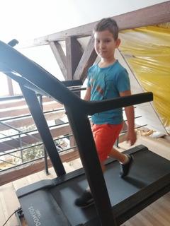Dziecko w trakcie aktywności na bieżni stacjonarnej