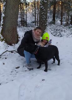 Kobieta, dziecko i pies na spacerze z psem