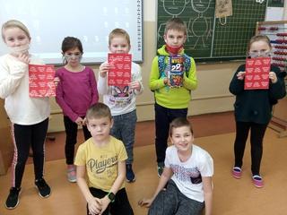 Uczniowie PSP w Łubnianach zaangażowali się w zbiórkę - na zdjęciu z serduszkami WOŚP