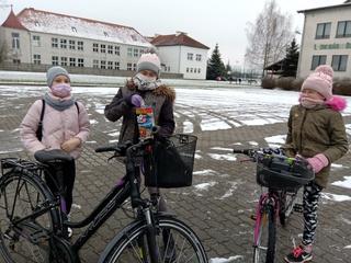 Uczniowie w trakcie zbiórki na parkingu przed ŁOK
