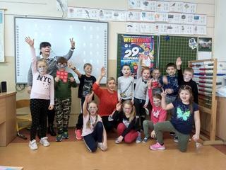 Uczniowie PSP Łubniany pozują do wspólnego zdjęcia w klasie